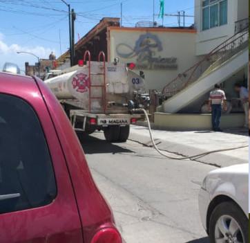Pipa de proteccion civil llenando las cisternas de la mansion de el regidor Martin Fajardo