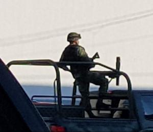 Soldados patrullando las calles de Sayula para aterrorizar al pueblo