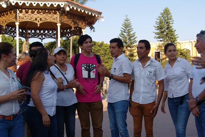 Seguidores de Kumamoto haciendo campaña en Sayula